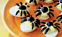 Брюда на Хэллоуин- Фаршированные яйца Паучки