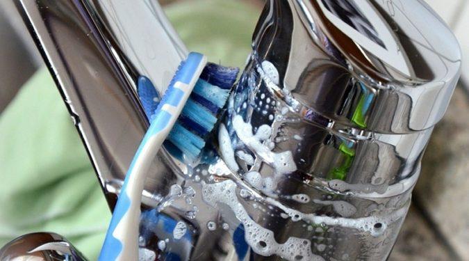 Старая зубная щетка в быту