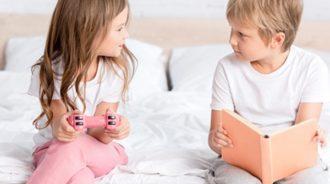 Ребенок изучает свое тело